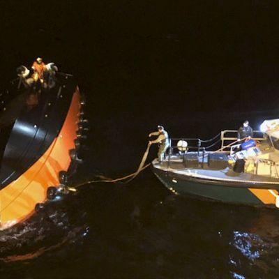 Kustbevakningens dykare förbereder sig för att svänga lotsbåten i Finska viken.
