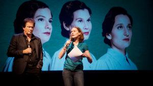 Kjell Westö och regissören Mikaela Hasán på Nationalteaterns scen