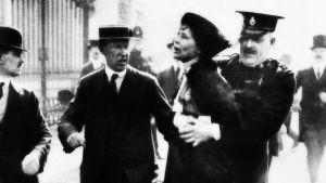 Suffragettrörelsens Emmeline Pankhurst arresteras.