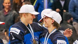 Ukko-Pekka Luukkonen och Oskari Laaksonen firar efter slutsignalen.