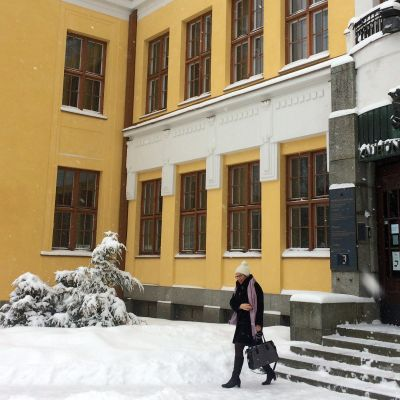 Nainen poistumassa kaupungintalolta Mikkelissä.
