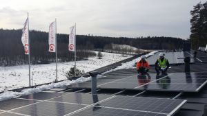 Olli Tuomivaara från Oulun Energia och Peter Blomgren från Kårkulla med de nya solpanelerna på Kårkulla i Pargas.