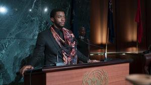 Närbild på T'Challa (Chadwick Boseman) då han står i FNs talarstol.