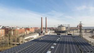 Solpaneler på Helens tak dvs Helsingfors energi i Södervik