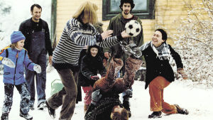 Huvudpersonerna spelar fotboll i snön.
