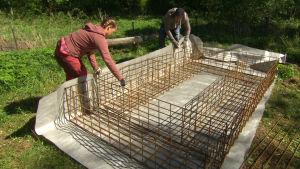 Owe och Elin arbetar i Strömsös trädgård