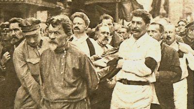 Tidningsbild. Felix Edmundovich Dzerzhinskij förs till graven av bl.a. Rykow, Kalinin, Trotzkij, Kamenev, Stalin och Bukharin. Moskva 1926
