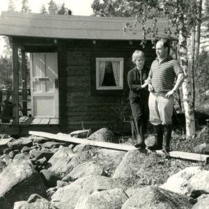 Nuoripari Pirkko ja Markku Työläjärvi mökillä kumppareissa.
