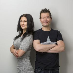 Marja Lappalainen ja Jarkko Vehniäinen seisovat hymyillen vierekkäin kädet puuskassa.