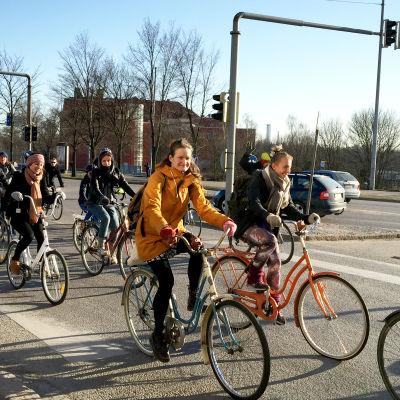 En cykeldemonstration på en gata i Böle.