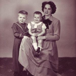Claes Olsson äitinsä ja isoveljensä kanssa kuvassa