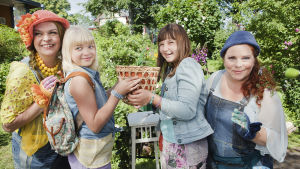 Ada och Glada tillsammans med systrarna Tingelstina och Tangelstina håller i en kruka med en magiska blomma.
