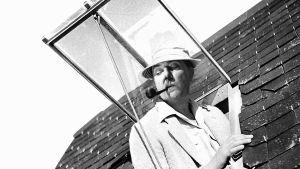 Jacques Tati eli monsieur Hulot elokuvassa Riemuloma Rivieralla (1952). Yksi Elämää suuremmat elokuvat -radiosarjassa käsitellyistä elokuvista.