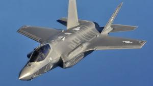 F-35A -hävittäjä lentää sinistä taivasta vasten.