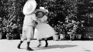 Dansande barn ur en av bröderan Lumiéres tidiga filmer.
