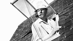 Monsieur Hulot (Jacques Tati) kurkistaa kattoikkunasta elokuvassa Riemuloma Rivieralla