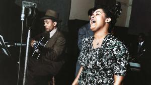 Billie Holiday vid mikrofonen under en skivinspelning.