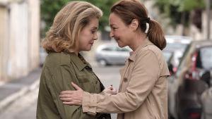 Beatrice och Clair i ett kärleksfullt närmande  på gatan.