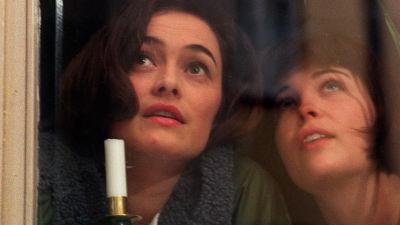 Systrarna Alea (Irina Björklund) och Krista (Nina Hukkinen) i vägsjälar, 1998
