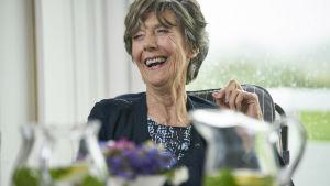 Eileen Atkins skrattar glatt.