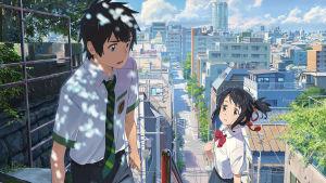 Your name -elokuvan kohtaus, jossa päähenkilöt seisovat kadulla ylämäessä portaissa koulupuvut päällään.
