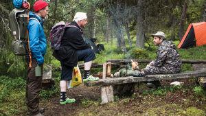 Janne, Kämäräinen och Räihänen slår läger i skogen.