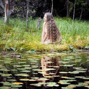 Asta Rosenström-Fortelius framför en sjö.