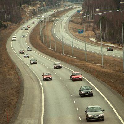 Viikonlopun paluuliikennettä moottoritiellä Heinolassa 1.4.1998.
