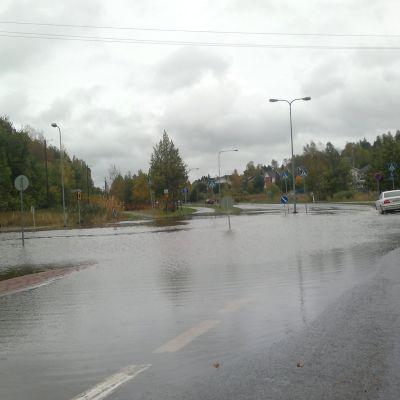 Turun Kakskerrantie tulvii rankan sateen jäljiltä.