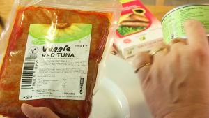 Vegaanista ja tavallista tonnikalaa.