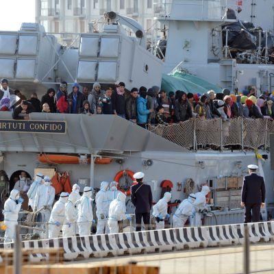 Båtflyktingar på Lampedusa den 18 april 2015.