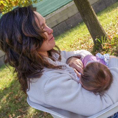 Mamma ammar barn i park.