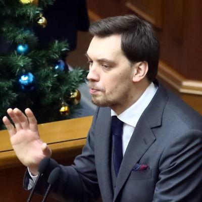 Hontjaruk talade i parlamentet efter att han lämnat in sin avskedsansökan. Han intygade sin respekt för presidenten och fick ett blandat mottagande av parlamentarikerna.
