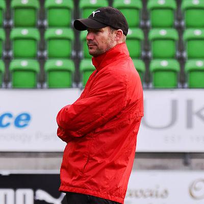 Jussi Nuorela tittar på under en VPS-träning.