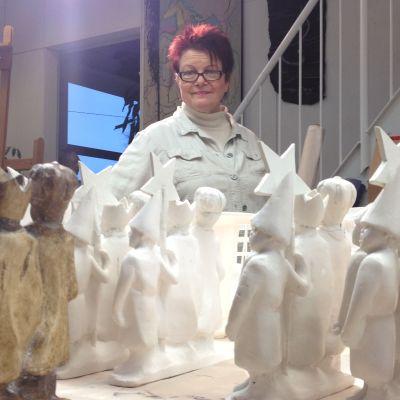 Tiernapoikapatsaan veistäjä Sanna Koivisto tarkastaa joulumyyntiin 2013 tulevia kipsiveistoksiaan.