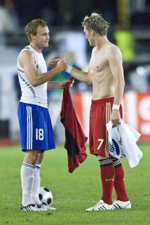 Daniel Sjölund och Bastian Schweinsteiger byter matchtröjor 2008.