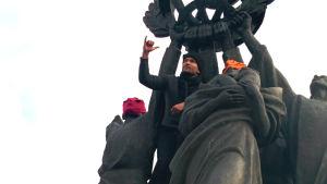 Strada puki neukkupatsaalle Pussy Riot -pipot solidaarisuuden eleenä Venäjän sananvapausongelmille