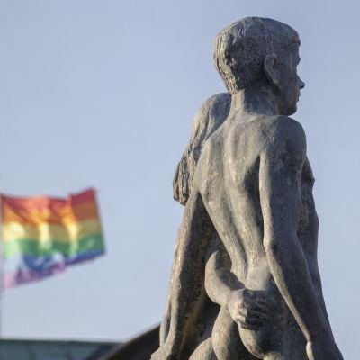 Pohjoismaisen mytologian ensimmäinen mies ja nainen Ask ja Embla, taustalla sateenkaarilippu, Etelä-Ruotsin Sölvesborg