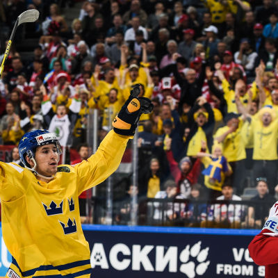 Filip Forsberg gör mål och svenska fansen jublar.