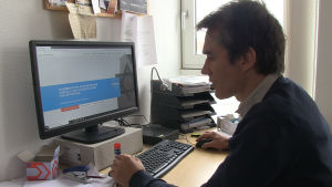 Bejnamin Steinitz visar upp portalen för anmälningar.