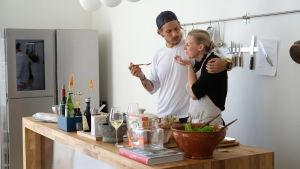 Joonas Laurila ja Hanna Gullichsen keittiössä maistamassa jotakin ruokaa