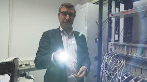 David Brown lyser med en ficklampa.