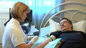 Ann-Christin Österlund från VNS hemsjukhus vårdar Kim Segersvärd.