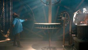 Cornelius myllynsä koneiston keskellä elokuvassa Cornélius, ulvova mylläri