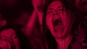 Laulava nainen Black Sabbathin viimeisen konsertin yleisössä