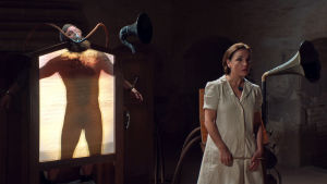 Cornélius tutkittavana mielisairaalan läpivalaisukoneessa elokuvassa Cornelius, ulvova mylläri