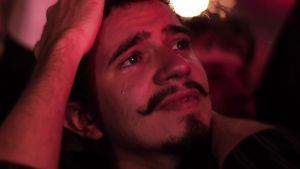 Liikuttunut mies Black Sabbathin viimeisen konsertin yleisössä