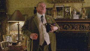 """""""En ole koskaan näyttelevä Tanskan prinssiä."""" Monty-setä (Richard Griffiths) herkistyy muistellessaan nuoruutensa teatteriaikoja elokuvassa Onnen kiertolaiset (Withnail and I)"""