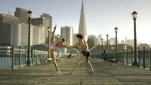 tanssipari kaupunkimaisemassa