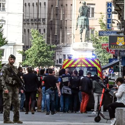 Poliser, säkerhetsstyrkor och räddningspersonal på plats i Lyon efter explosionen på en gågata i centrum av staden.